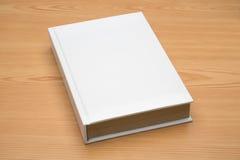 Spot op boek op houten achtergrond Royalty-vrije Stock Foto's