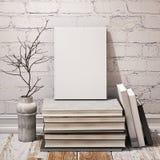 Spot op boek op stapel van boeken in het binnenland van de hipsterzolder Stock Foto