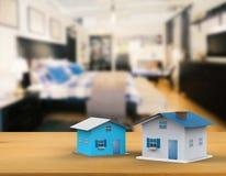 Spot op huis met binnenlandse achtergrond Stock Foto's