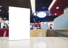 Spot op Leeg Menukader op Lijst in de koffie van het Barrestaurant Stock Afbeeldingen
