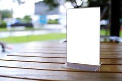 Spot op Menukader die zich op houten lijst in de koffie van het Barrestaurant bevinden Stock Foto