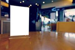 Spot op Menukader die zich op houten lijst in de koffie van het Barrestaurant bevinden Stock Fotografie