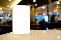 Spot op Menukader die zich op houten lijst in de koffie van het Barrestaurant bevinden Royalty-vrije Stock Afbeeldingen