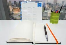 Spot op notitieboekje met de kalender van 2017 en stationair Stock Fotografie
