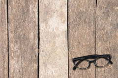Spot op oogglazen op bodemrecht op oude houten lijst, exemplaarkuuroord Stock Afbeelding