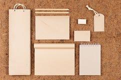 Spot van de Eco de collectieve identiteit omhoog; lege verpakking, kantoorbehoeften, giften van kraftpapier-document op bruine ko stock fotografie