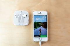 Spotify用在耳朵耳机的苹果 免版税库存照片