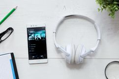 Spotify é um serviço da música que ofereça a música de fluência legal Foto de Stock