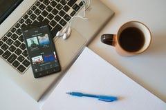 Spotify gaat toepassing op smartphone Stock Afbeeldingen