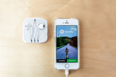Spotify met appel in oorhoofdtelefoons Royalty-vrije Stock Foto