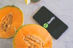 Spotifyembleem dat op het asmartphonescherm wordt getoond met vers fruit Stock Afbeelding