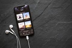 Spotifymuziek app met verschillende die playlists op iPhone X wordt getoond Stock Afbeelding