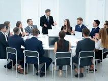 Spotkania Brainstorm Round stołu pomysłów Komunikacyjna dyskusja Co Obrazy Stock