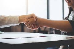 Spotkania i powitania pojęcie, Dwa a ufny Biznesowy uścisk dłoni fotografia stock