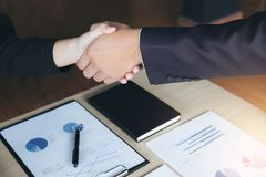 Spotkania i powitania pojęcie, Dwa a ufny Biznesowy uścisk dłoni obraz stock