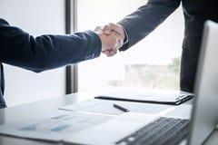 Spotkania i powitania pojęcie Dwa ufny Biznesowy uścisk dłoni i ludzie biznesu po dyskutować dobrą transakcję handlu kontrakt, obrazy stock