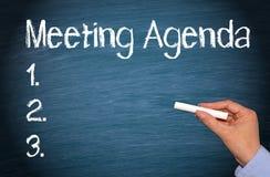 Spotkanie agenda - żeńska ręka z kredowym writing tekstem Zdjęcie Royalty Free