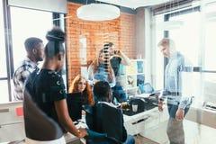 Spotkanie członkowie który posiada rozszalałego biznes kierujący początkowy biznes Fotografia Stock