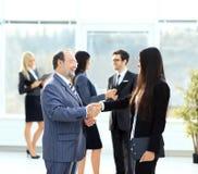 spotkanie dwa partnera biznesowego przy prezentacją fotografia stock