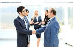 Spotkanie dwa partnera biznesowego przy prezentacją, powitanie z uściskiem dłoni obraz stock