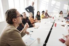 Spotkanie dyskusja Opowiada udzielenie pomysłów pojęcie zdjęcia royalty free