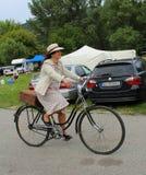 Spotkanie Dziejowi bicykle - dama w rocznika kostiumu z korespondować rower Fotografia Royalty Free