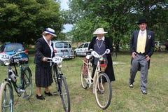 Spotkanie Dziejowi bicykle - dama w rocznika kostiumu z korespondować rower Zdjęcia Stock