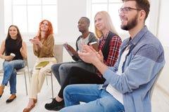 Spotkanie grupa pomocy, terapii sesja zdjęcia stock