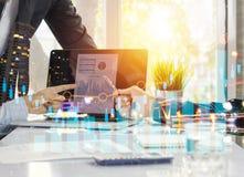 Spotkanie i planistyczny pojęcie, biznesmen wskazuje przy wykresem na l obraz stock