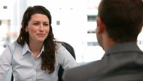 Spotkanie między bizneswomanem i biznesmenem