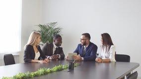 Spotkanie między ludźmi biznesu na stole Zdjęcia Royalty Free