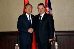 Spotkanie minister cudzoziemskie sprawy republika Serbia Ivica Dacic - sprawy Porcelanowy Wang Yi i minister cudzoziemski - fotografia royalty free