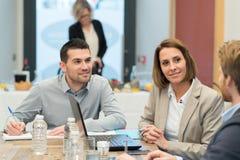 Spotkanie partnery biznesowi w nowożytnym biurze obrazy stock