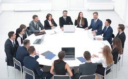 Spotkanie partnery biznesowi w sala konferencyjnej fotografia royalty free