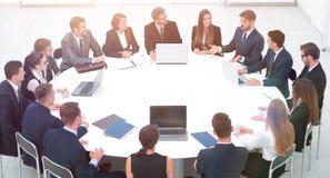 Spotkanie partnery biznesowi w sala konferencyjnej zdjęcia royalty free