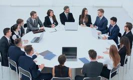 Spotkanie partnery biznesowi w sala konferencyjnej zdjęcia stock