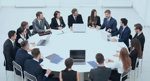 Spotkanie partnery biznesowi w sala konferencyjnej obrazy stock