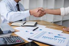 Spotkanie, pojęcie, Dwa współpraca i ludzie biznesu po dyskutować dobrą transakcję kontrakt biznesowy uścisk dłoni powitania, i obrazy stock