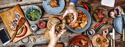 Spotkanie przyjaciele przy boże narodzenie stołem Tradycyjne amerykanin kanapki, bagels, piwo i wino, obrazy royalty free