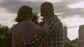 Spotkanie starzy kochankowie, tanczy podczas magicznej godziny, zaskakuje spotkania, szczęśliwa przyszłość zdjęcie wideo