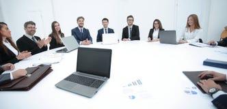 spotkanie udziałowowie firma przy okrągłym stołem zdjęcia stock