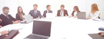 spotkanie udziałowowie firma przy okrągłym stołem obraz stock