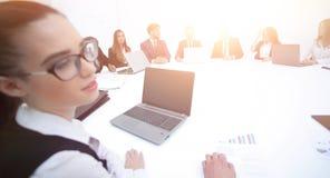 spotkanie udziałowowie firma przy okrągłym stołem zdjęcie royalty free