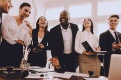 Spotkanie w biurze Nowożytny biurowy pojęcie Współpraca z kolegami Biznesmen obrazy stock