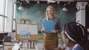 Spotkanie wieloetniczna młoda biznes drużyna Piękny kobieta kierownik przedstawia pieniężnych dane grupa ludzi obraz royalty free
