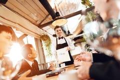 Spotkanie z chińskimi biznesmenami w restauraci Mężczyzna wybierają wino obraz stock