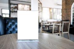Spott des leeren Bildschirms herauf Menürahmenstellung auf hölzerner Tabelle im Kaffee stockfotografie
