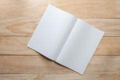 Spott des leeren Papiers oder des Buches oben auf Holz Lizenzfreies Stockfoto