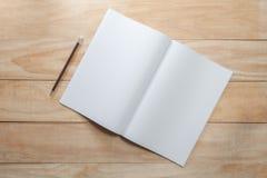 Spott des leeren Papiers oder des Buches oben mit Bleistift Lizenzfreies Stockfoto