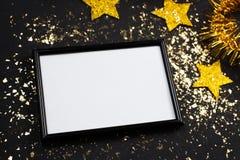 Spott des neuen Jahres oben, Plakat, Fotorahmen, goldener Stern, schwarzer Hintergrund Lizenzfreie Stockfotos